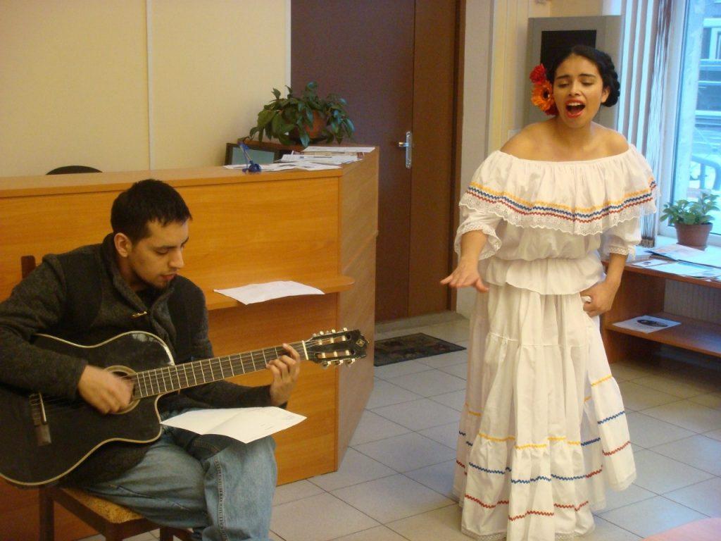 Выступление студентки Института культуры Джессики Ойес на мероприятии ко Дню студента Привет из Колумбии